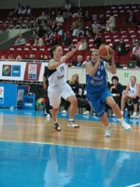 Evanthia Maltsi on the run against the Slovak Republic during EuroBasket Women2009  © womensbasketball-in-france.com
