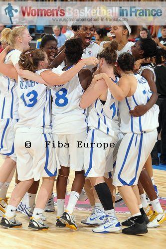 French U18 players in the huddle © FIBA Europe / Viktor Rébay