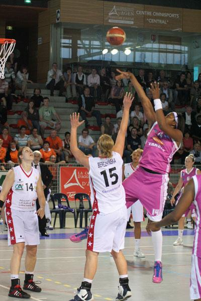 Isabelle Yacoubou-Dehoui fires off a shot