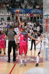 Reims win the tip-off during the 2011 LF2 final four championship game © womensbasketball-in-france.com