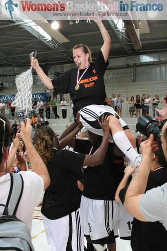 Stéphanie Dubois  celebrating winning the LF2 title (May 2011) © womensbasketball-in-france.com