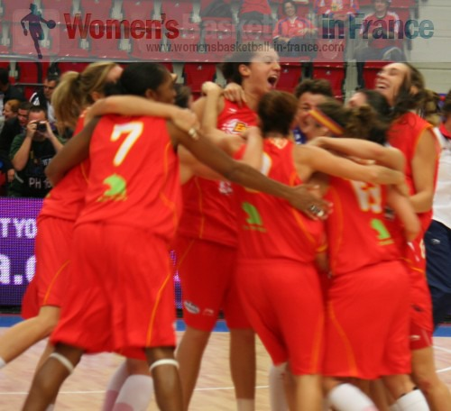 Spain Celebrate after beating France  © womensbasketball-in-france.com