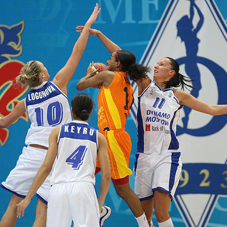 Candice Wiggins, sandwiched by Dynamo Moscow  © Fiba Europe - Dynamo Moscow