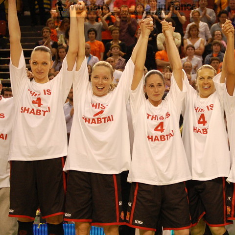 Spartak Moscow Region players after the EuroLeague Women 2010 final © Miguel Bordoy Cano womensbasketball-in-france.com