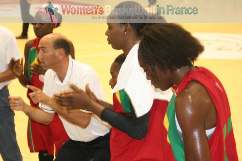 Jacques Vernerey with players from Mali at time-out  ©  womensbasketball-in-france.com