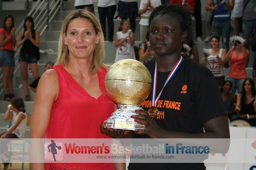 Jeanne Senghor-Sy LF2 final four MVP with Audrey Sauret-Gillespie © womensbasketball-in-france.com