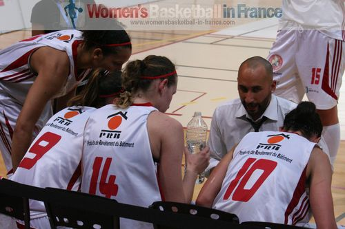 Mathieu Chauvet calls a time-out © womensbasketball-in-france.com