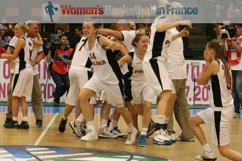 Poland celebrate bronze 2011  © womensbasketball-in-france.com