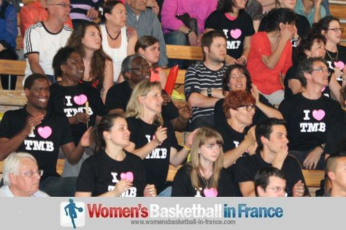 Toulouse Métropole Basket Féminin supporters celebrating  ©  womensbasketball-in-france.com