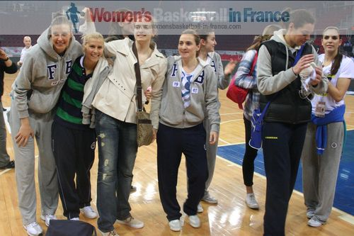 Fenerbahçe SK players thank supporters ©  womensbasketball-in-france.com