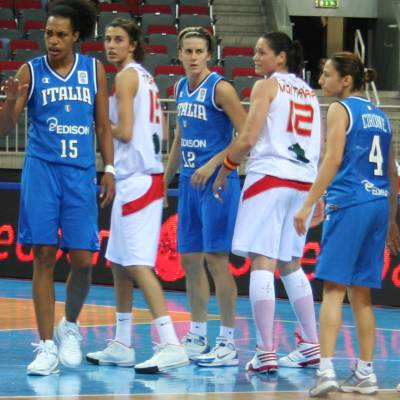 Spain and Italy playing basketball at EuroBasket Women 2009 © womensbasketball-in-france.com