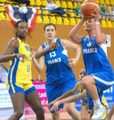 Alexia Plagnard driving to the basket © FIBA
