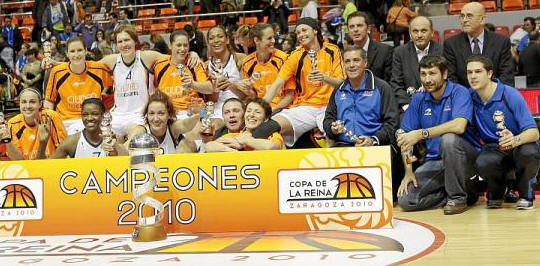 Ros Casares celebrate with the queen's Cup in Spain