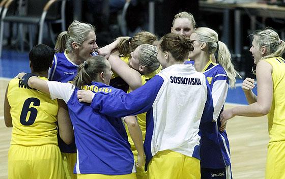 Lotos Gdynia's players celebrate the victory © FIBA Europe