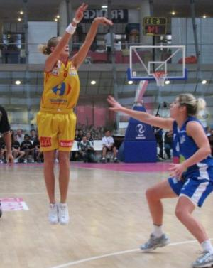 AnaÏs Déas shooting over Kathleen MacLeod at the Open LFB 2009  © womensbasketball-in-france.com