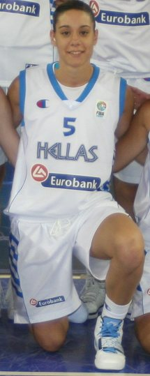 Georgious-Velissarkos giving instructions at time-out © WomensBasketball-in-france.com