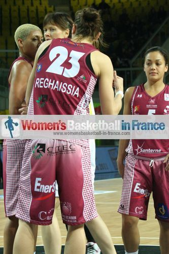 Blocking out Lina Brazdeïkyte  ©   womensbasketball-in-france.com