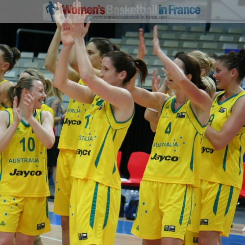 Australian players acknowledge the supporters after beating France © womensbasketball-in-france.com