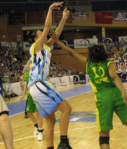 Gunta Basko and Amber Holt ©   womensbasketball-in-france.com