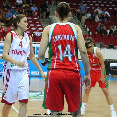 Belarus and Turkey playing basketball  at  EuroBasket Women 2009 © womensbasketball-in-france.com