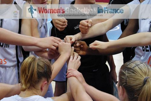 Belgium U16 players linking hands during time-out in Miskolc © womensbasketball-in-france.com