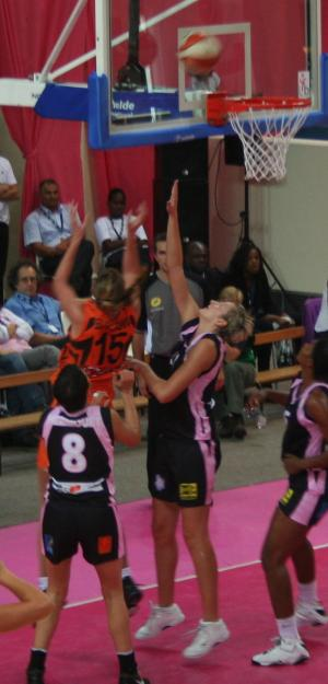 Bourges Basket and Toulouse under the basket  © womensbasketball-in-france.com
