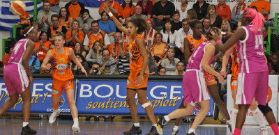 Bourges Basket and Tarbes players in action ©Bourges Basket