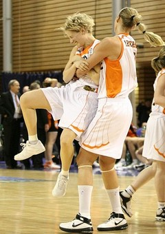 Caroline Aubert lift by teammate after drilling winning shot