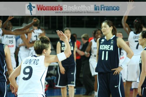 2012 FIBA Olympic Qualifying Tournament for Women: Céline Dumerc raises arm in victory  ©  womensbasketball-in-france.com