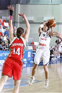 Céline Dumerc playing against Belarus at EuroBasket Women 2009 © Castoria - FIBA Europe