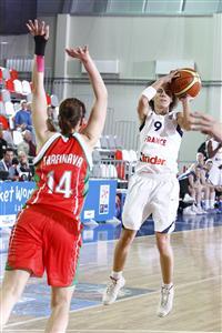 Céline Dumerc playing against Belarus at EuroBasket Women 2009 © Castoria - FIBA Europe