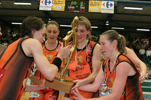 Cathy Melain, Celine Dumerc, Ana Lelas and Katarina Manic with the LFB trophy © Olivier Martin