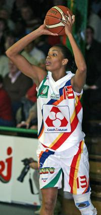 Coral Duval playing basketball for Limoges ABC © Limoges ABC