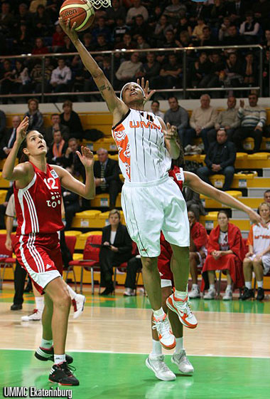 Deanna Nolan laying up in a EuroLeague game of UMMC  © UMMC Ekaterinburg