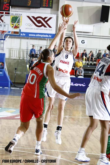 Emmanuelle Hermouet playing against Belarus at EuroBasket Women 2009 © Castoria - FIBA Europe