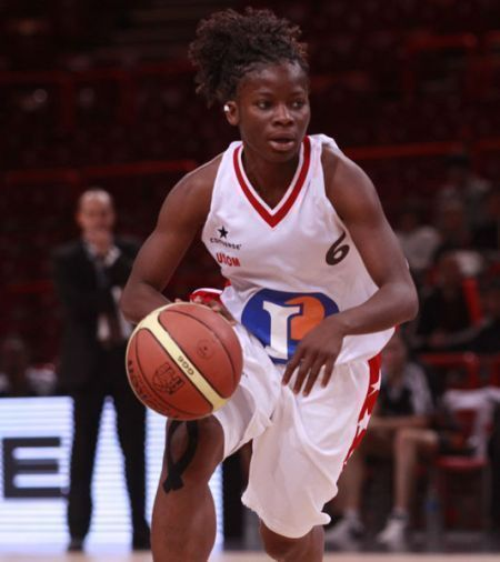 Esther Niamke-Moisan (left) running the point during the Cadette Coupe de France final 2010   © Bellenger/IS/FFBB