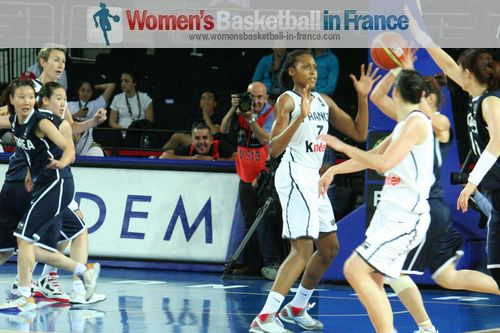 2012 FIBA Olympic Qualifying Tournament for Women: French and Korean players in the paint  ©  womensbasketball-in-france.com