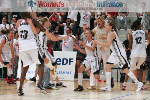 Players from cavigal Nice jump for joy after becoming 2011 LFB champions © womensbasketball-in-france.com