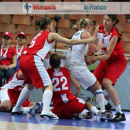 German and Polish players scramble for the ball at EuroBasket 2011© womensbasketball-in-france.com