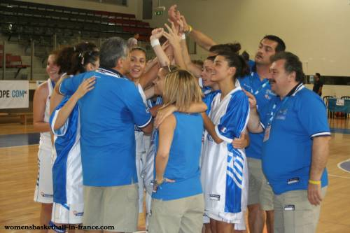 All smiles for Greece © WomensBasketball-in-france.com