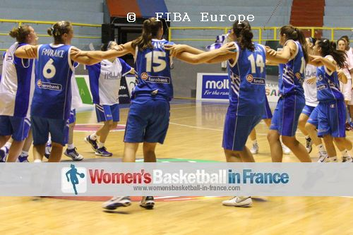Greek U16 players dancing  © FIBA Europe - Castoria/Gregolin