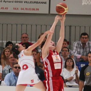 Helena Ciak Claiming another rebound during 2011 LF2 final four © womensbasketball-in-france.com