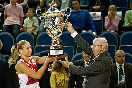 Ilona Korstin lifting the Super Cup © FIBA Europe