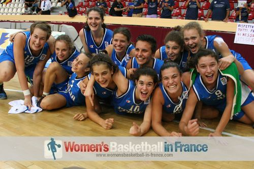 Italy U16 players celebrating in Miskolc after qualifying for 2012 FIBA  Europe U16 European Championship final © womensbasketball-in-france.com