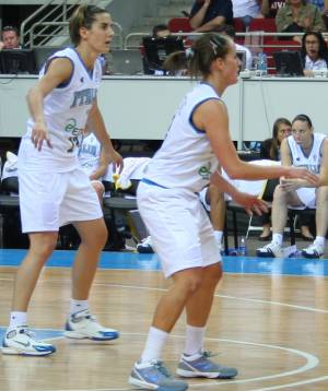 Italy players in defense at EuroBasket women 2009 © Womensbasketball-in-france.com