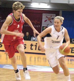 JanaVesala and ZuzannaZirkova at EuroBasket Women 2009 © Miguel Bordoy Cano