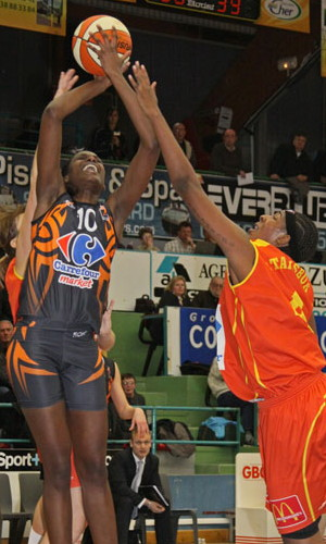 Jennifer Digbeu against Tiffany Stansbury  © Bourges Basket