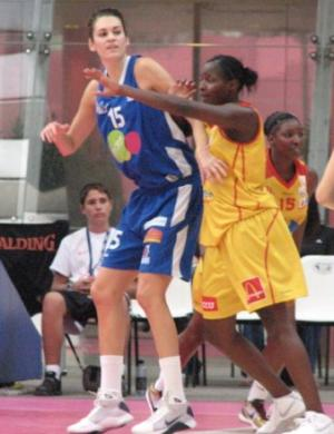 Lindsey Taylor against Guiday Mendy  at the Open LFB  © womensbasketball-in-france.com