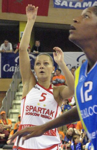 Mariana Karpunina at free throw line during the 2009 EuroLeague Women final match © Miguel Bordoy Cano