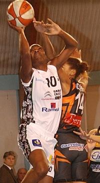 Marie Frédérique Ayissi under the basket  against Bourges Basket  © SO Armentières